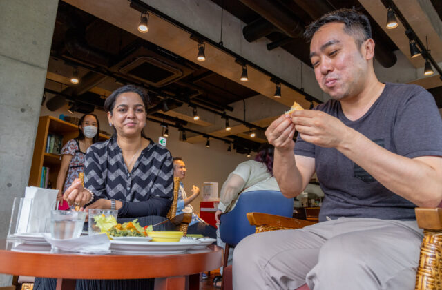 食事中の二人